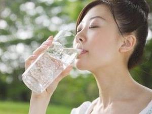 早上起来口干舌燥 多喝水让你不再口干舌燥